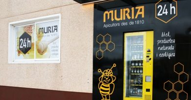 Miel Muria reforma su tienda del Perelló e instala la primera máquina de vending de miel del municipio